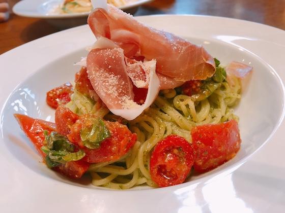 パルマ産熟成生ハムとモッツァレラと フレッシュトマトのジェノベーゼ