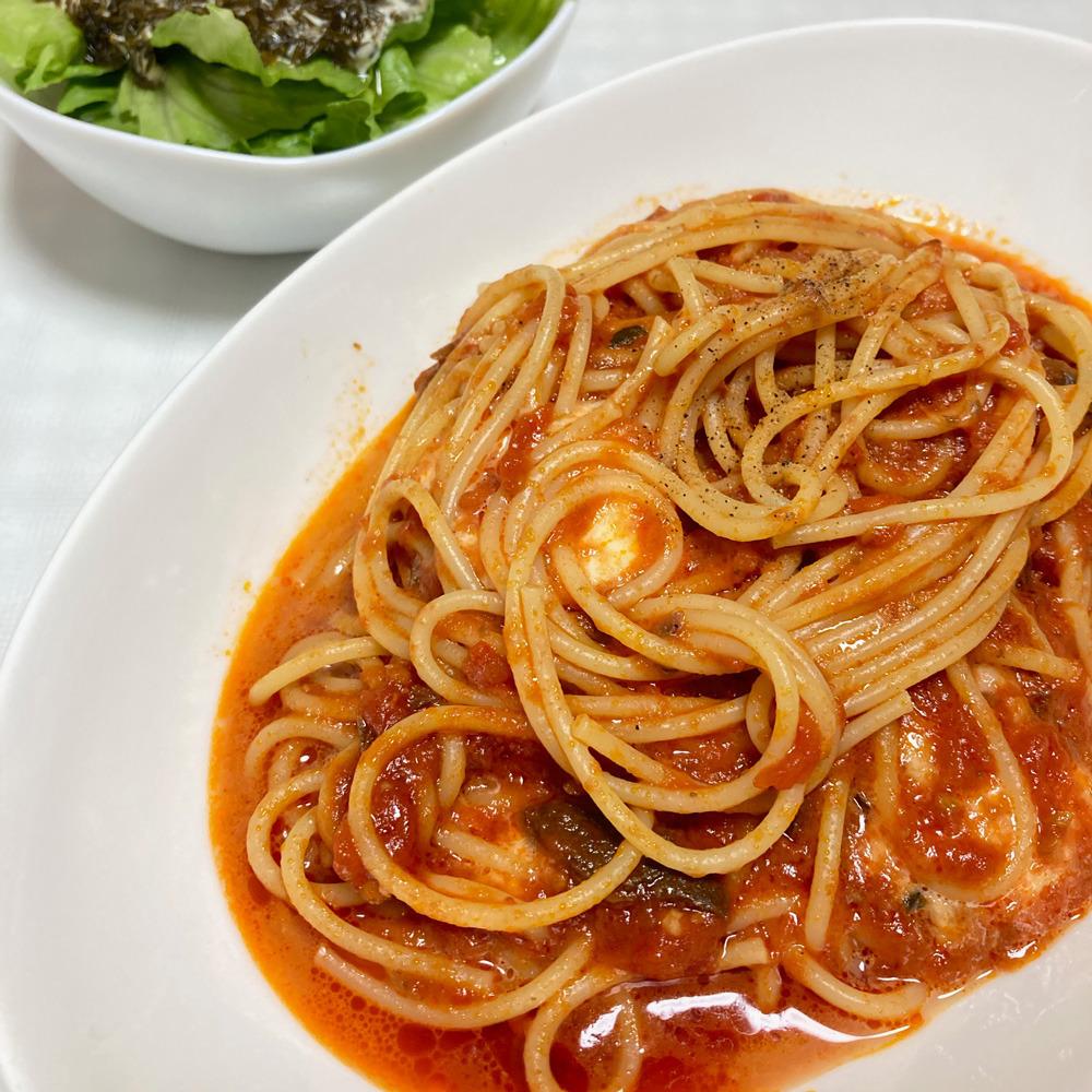 スパゲティとサラダの写真