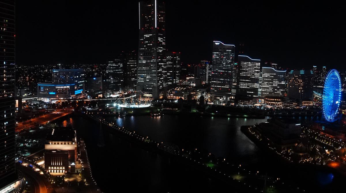 アパホテルの窓から見えるみなとみらいの眺望:夜