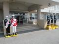 宮古島警察署。右三人は暴行に遭った東平安名崎、西辺小前、夢来人前