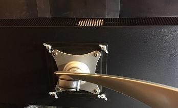 PHILIPSモニター356M6QJAB/11にモニターアームを付けた画像