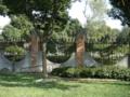教会の庭。ディン・リー&チェンチェンが自転車でやって来るシーン