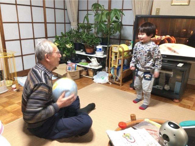 180211 おじーちゃんとボール遊び