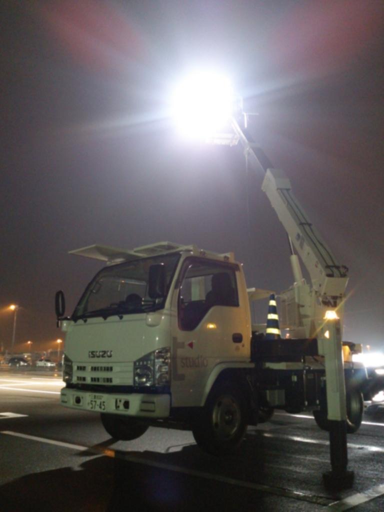 高所作業車に照明を取付て高いところから灯光