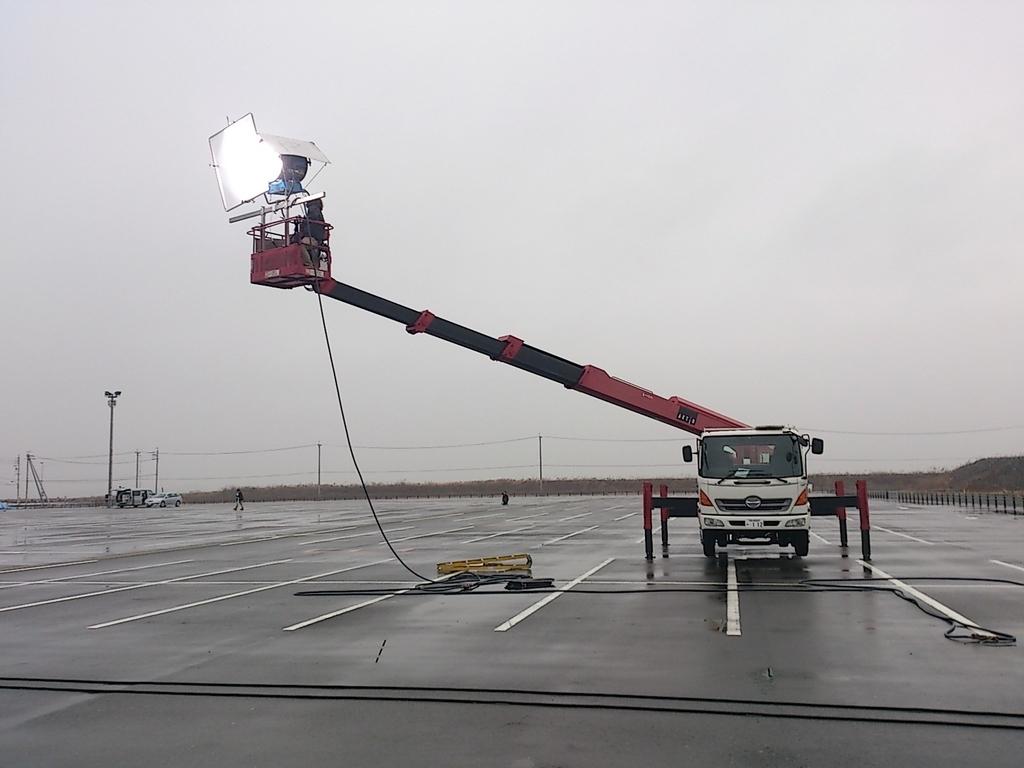 高所作業車22mに照明器具を設置して灯光