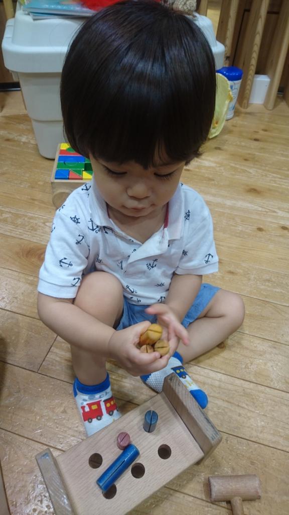 おもちゃに夢中の息子