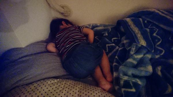 寝室で爆睡息子