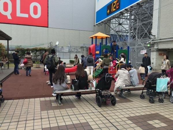 人口密度が高い小田急9F屋上広場
