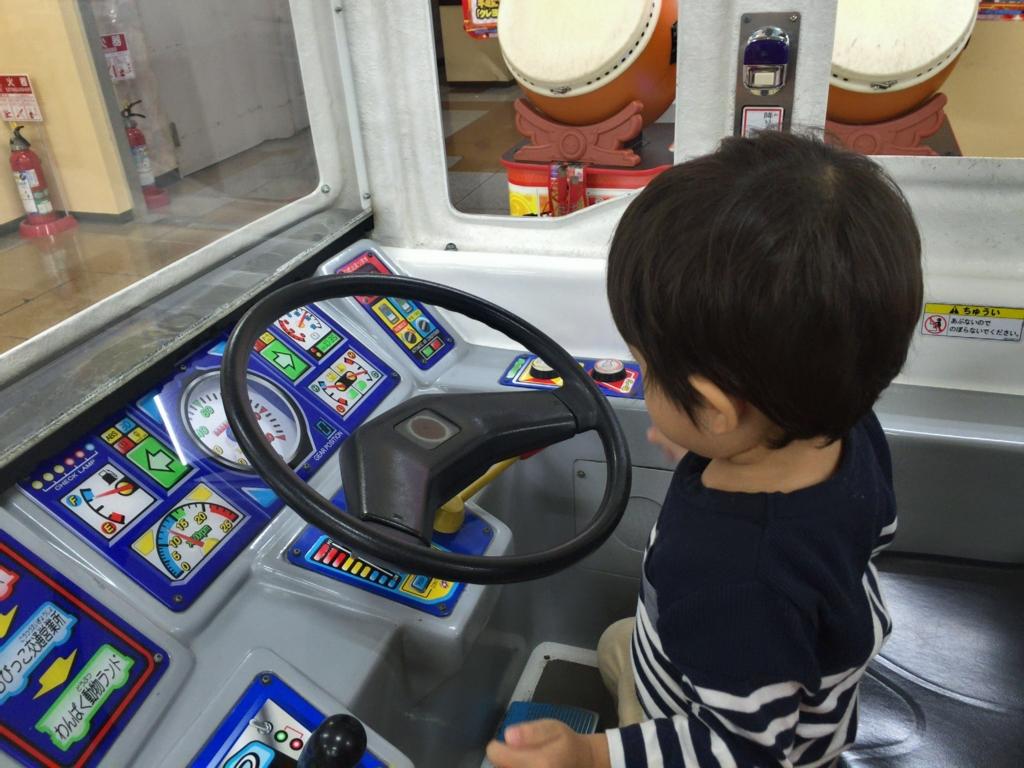 ゲーセンの車で遊ぶ息子