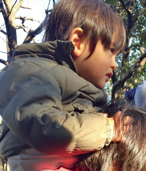 アンパンマンを眺める息子