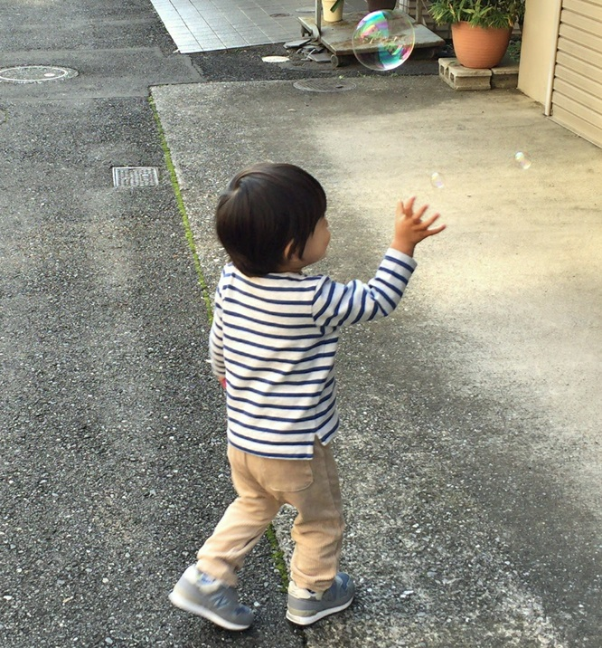 シャボン玉を追いかける息子