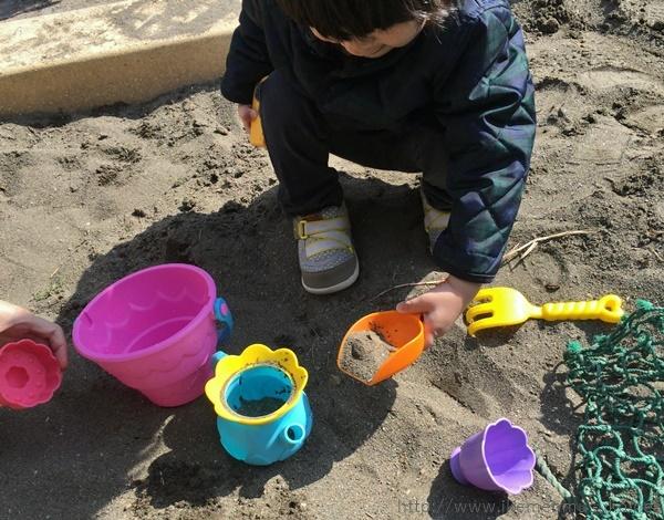 砂をすくう
