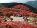 頂上から。まるで桃源郷です。笹が枯れてツツジが。栄枯盛衰です。