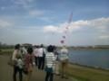 20140329狭山池の堤で凧揚げを楽しむ人たち