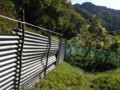 イノシシに何度もトタン柵を破られた。