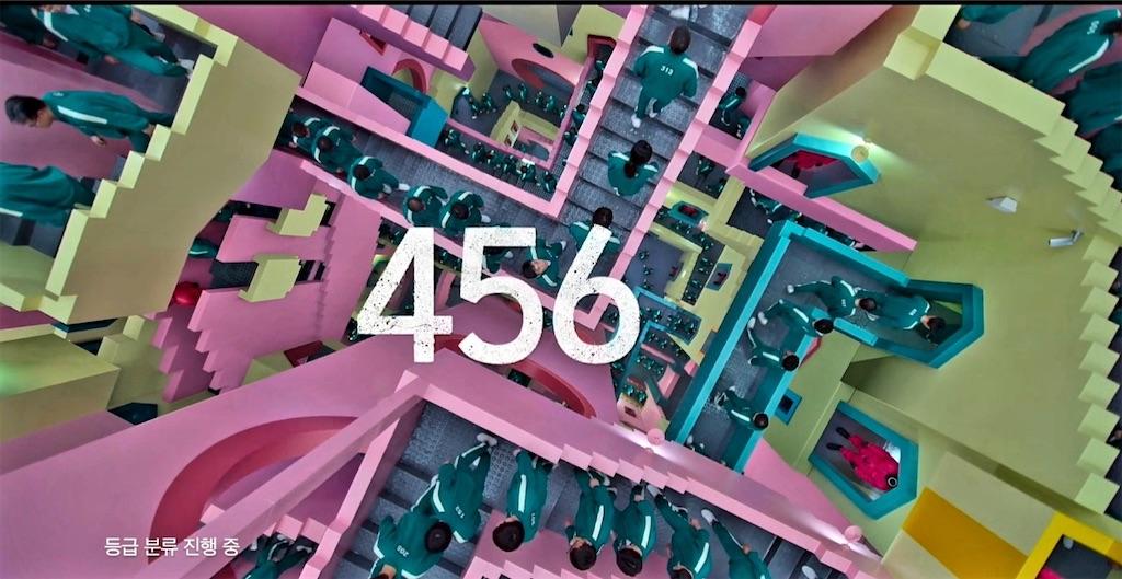 ピンク・黄色パステルカラーの複雑ならせん階段