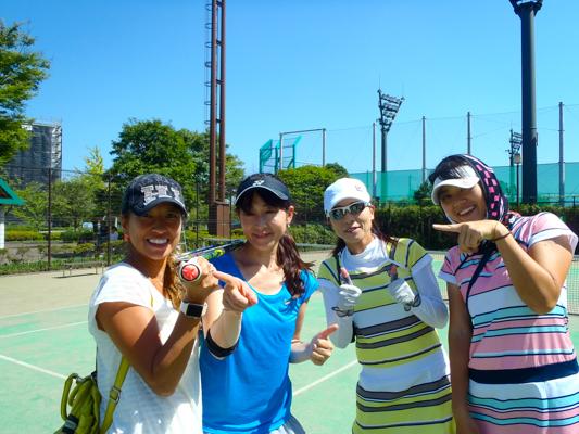 スマートテニスセンサー装着のラケットを持って 予選会参加の女性プレーヤーのみなさん