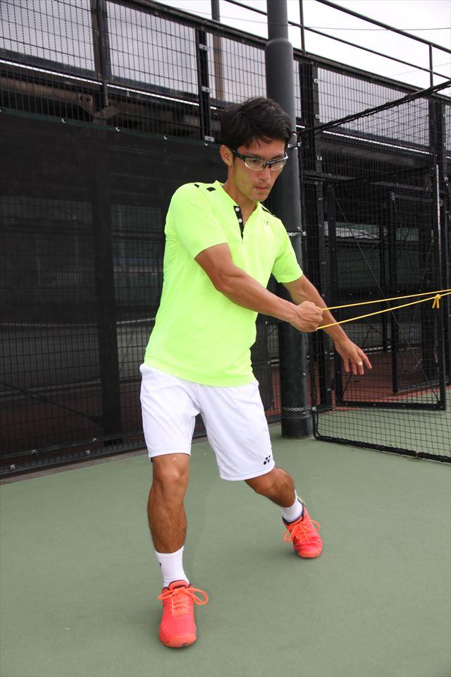 体の開きを抑えるため、前足の太ももの付け根で腰の回転をブロック
