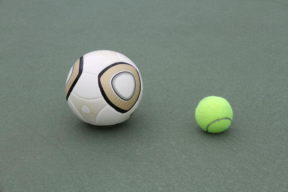 弓なり状態の身体を跳ね上げる動きを獲得するために使うミニサッカーボール