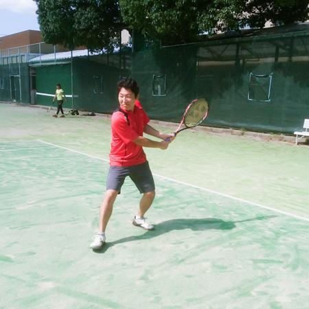 医学生として勉学に忙しい中、効率的にテニスを上達するためにスマートテニスセンサーを活用する石倉さん
