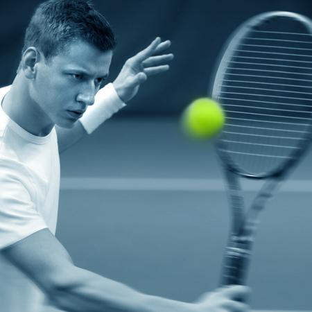 スマートテニスセンサーを使った攻撃的なボレーの練習方法