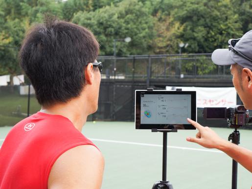 スマートテニスセンサーでショットのデータを確認する松井俊英選手
