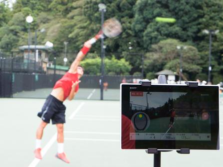 サーブ練習中の松井俊英選手のデータもスマートテニスセンサーでチェック!