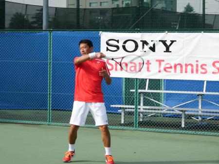 スマートテニスセンサーをつけて練習に取り組む石井弥起選手