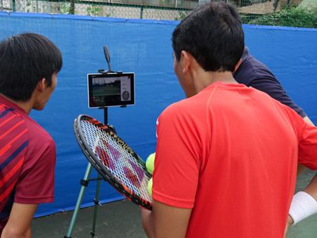 スマートテニスセンサーでショットのデータを確認する石井弥起選手