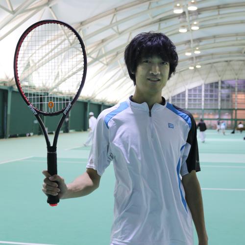 スマートテニスセンサーを使う高木さん