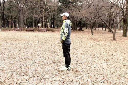 腸脛靭帯炎にならないためのスクワット step1.足を腰幅に広げ、姿勢を正して立つ