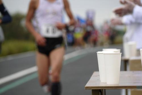 レース・フルマラソン中の脚の痛みには「給水所」を活用!