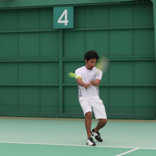 スマートテニスセンサーを使う加藤さん バックハンド