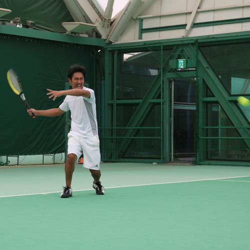 スマートテニスセンサーを使う加藤さん フォアハンド