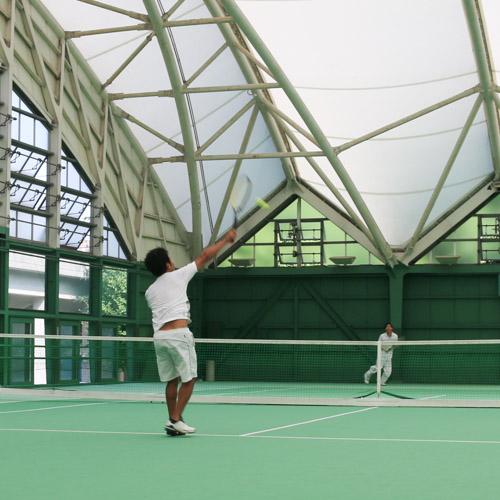 スマートテニスセンサーを使う加藤さん スマッシュ