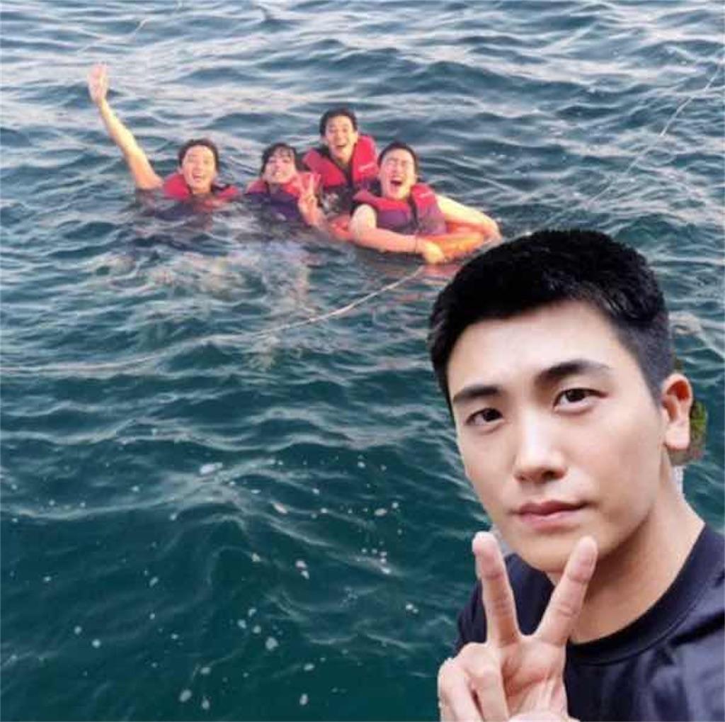 ウガウガファミリー 海ではしゃぐ4人の写真に兵役中のパク・ヒョシクが合成で登場