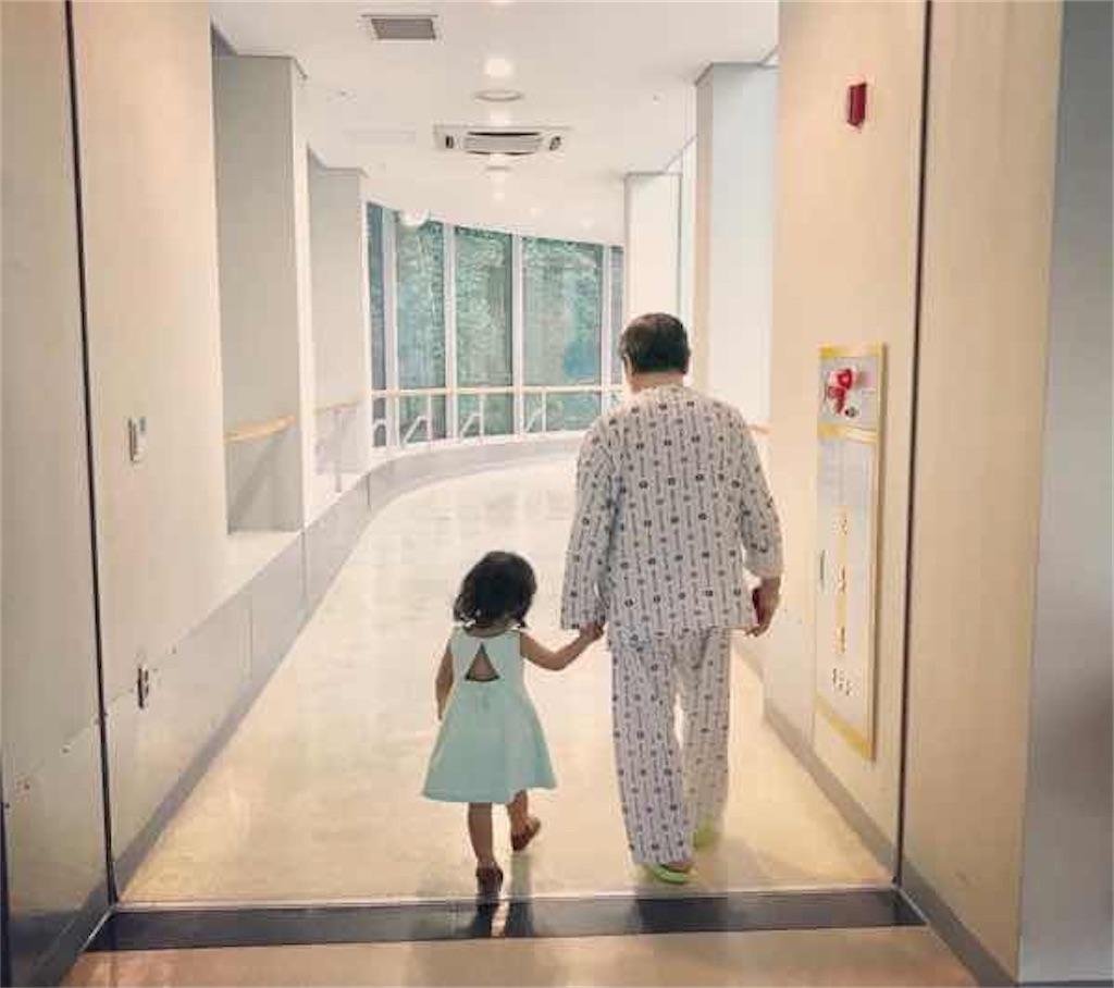 イ・ボヨンとチソンの子供が祖父と手を繋いで歩く