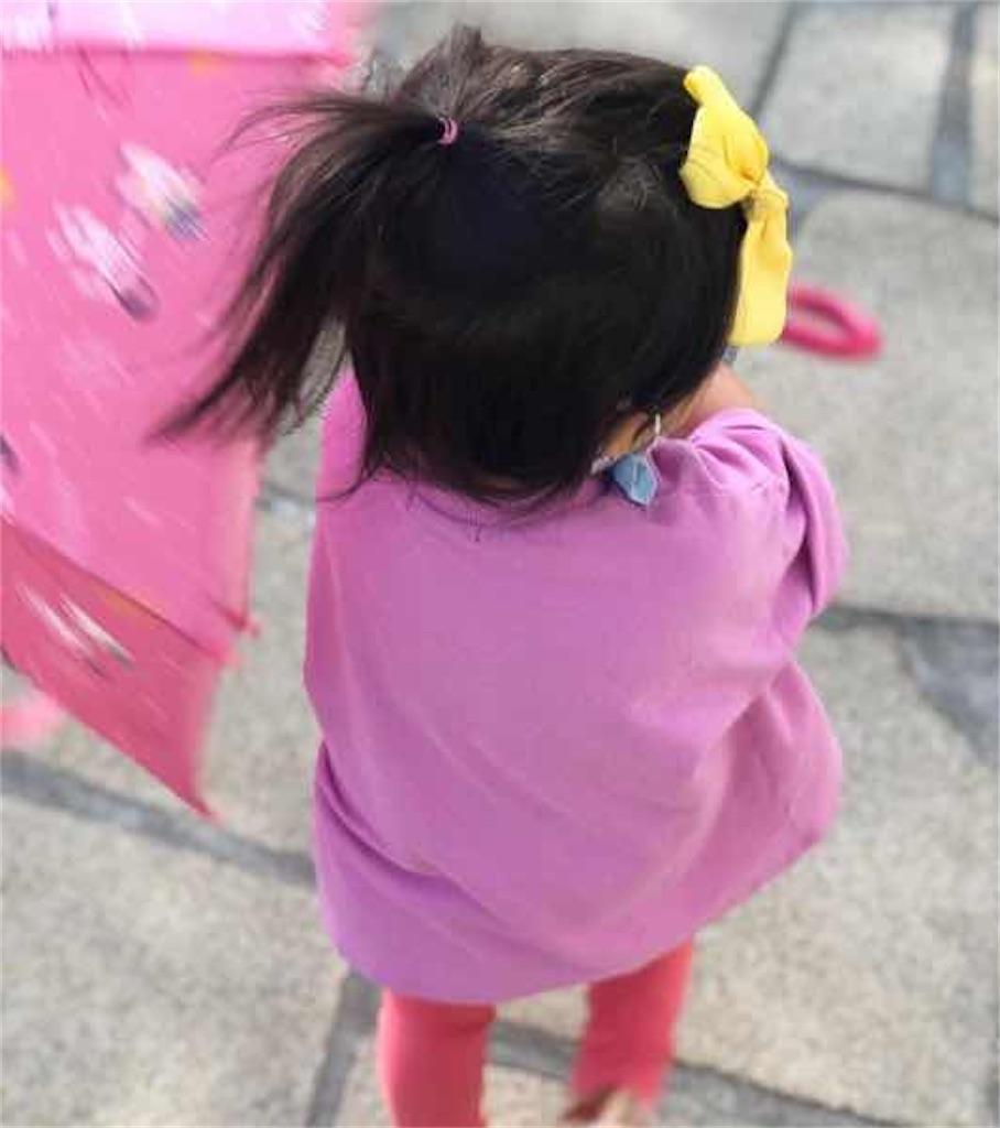リュ・スヨンとパク・ハソンの子供が傘を持って歩く