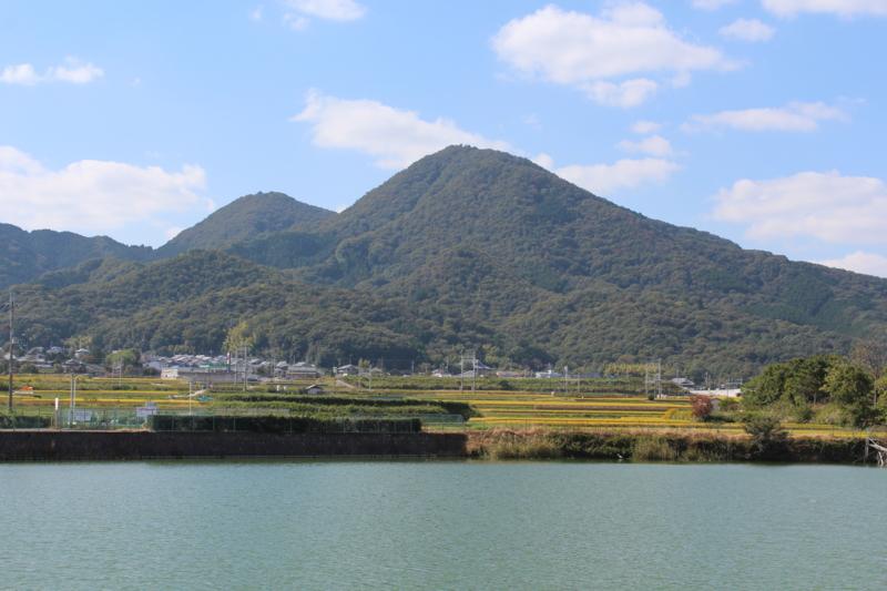千股池から見る二上山の風景写真
