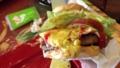 有名なチェーン店でハンバーガー。アメリカンサイズ。