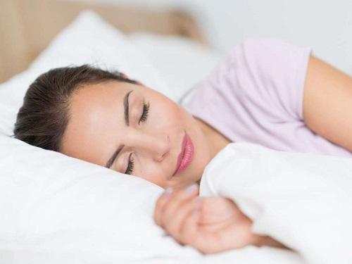 麻の一滴CBDを飲んで睡眠をとる人