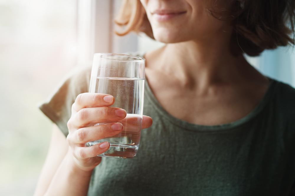 麻の一滴CBDを水で飲む人