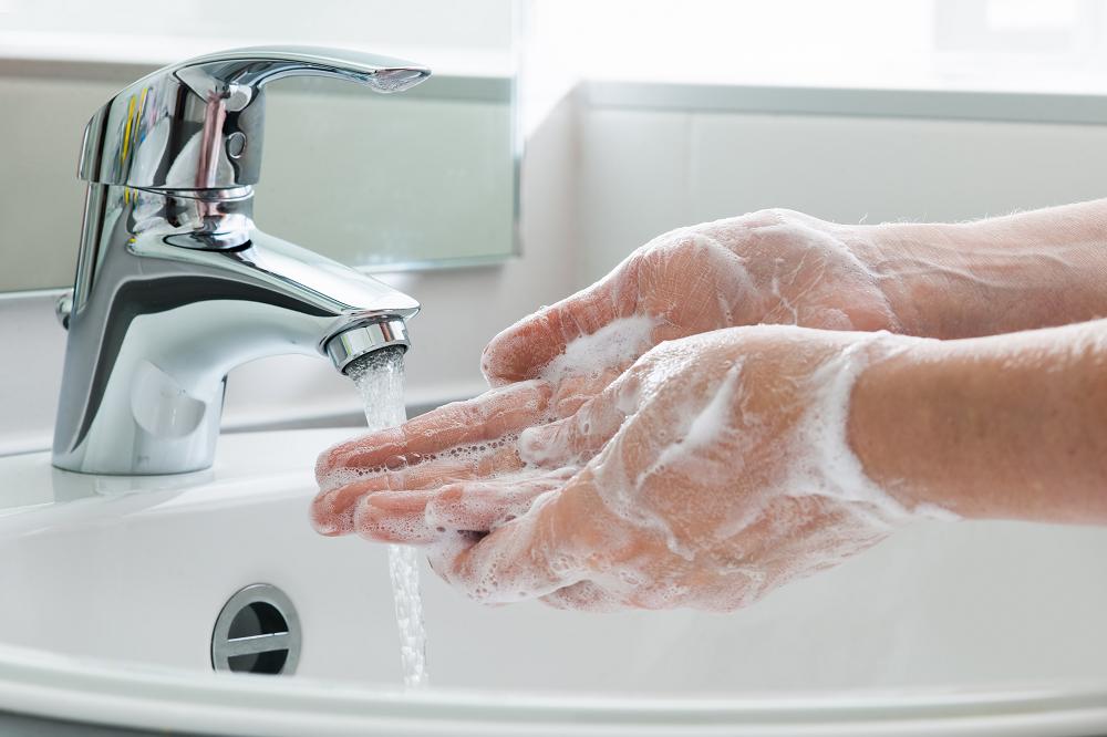 麻の一滴CBDを飲む前に手洗いをする人
