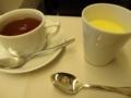飛行機で紅茶を飲む眉毛を想像