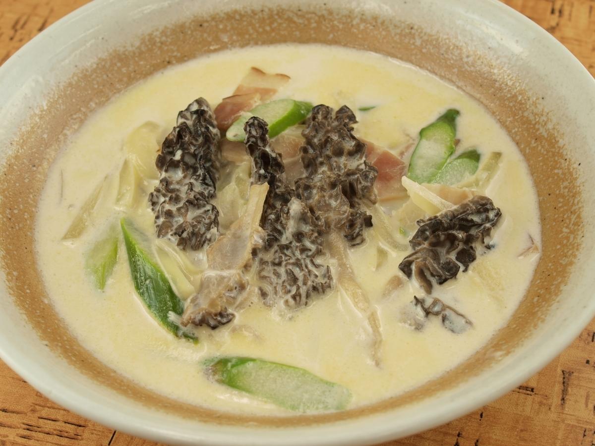 アミガサタケのクリーム煮
