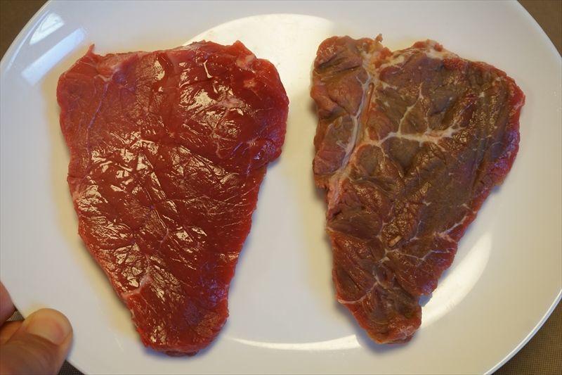 左が何もしていないステーキ、右が舞茸に挟んで一晩過ごしたステーキ