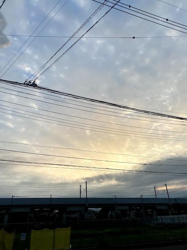 うっすらと夕陽が