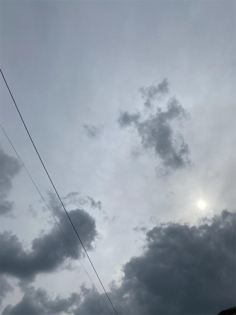所々にモスグレーの雲が浮かんでいます。