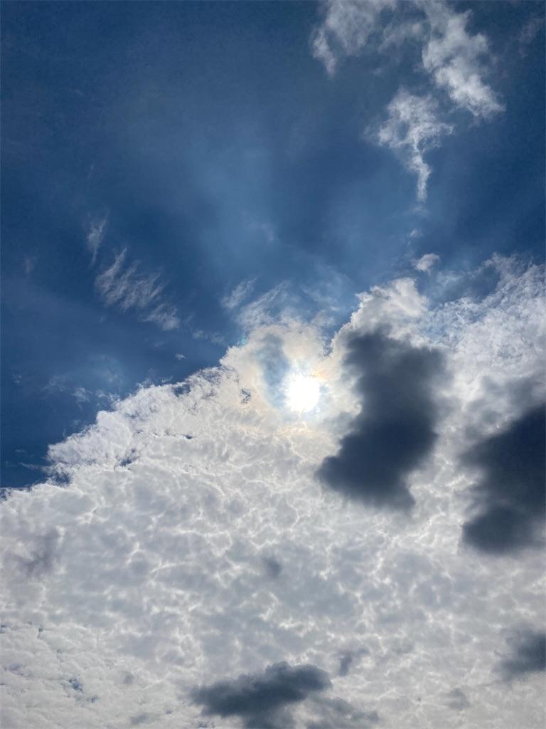 白い雲の中から青空が、広がっていく