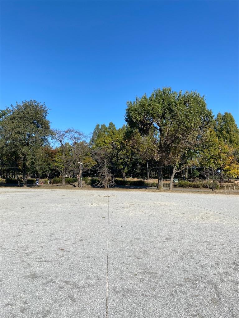誰もいない土の広場
